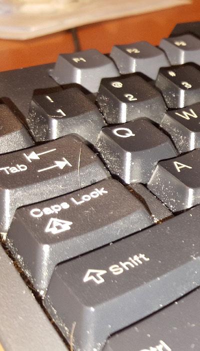 IPC-dépoussiérage-clavier-sale1